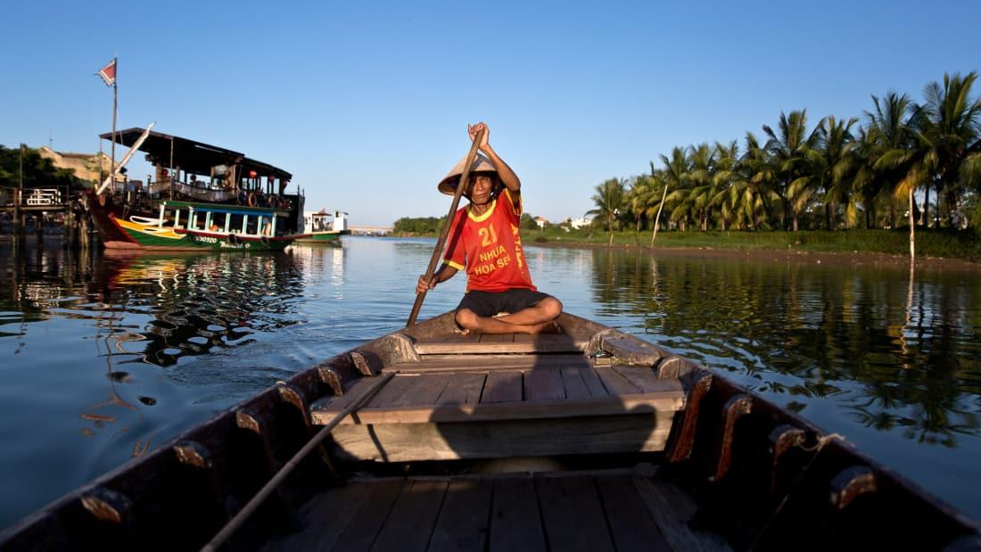 Bác lái đò tận tụy trên sông Thu Bồn